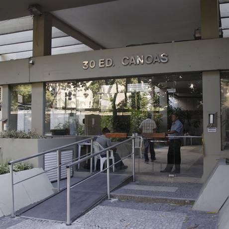 Fachada isolada. Prédio ainda não pode receber seus moradores de volta Foto: Eduardo Naddar / Agência O Globo