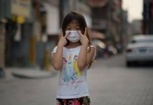 Menininha Choi Lin, de 7 anos, usa máscara para se proteger contra o vírus Mers em Seoul Foto: ED JONES / AFP