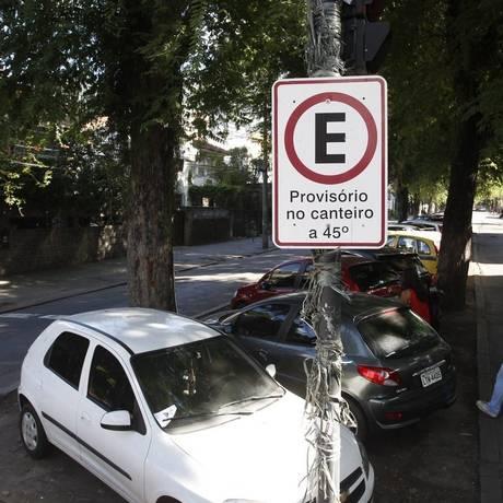 Erosão. Carros no canteiro central da Avenida Engenheiro Richard Foto: Eduardo Naddar / Eduardo Naddar