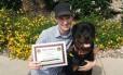 Danielle segura certificados de seu cão
