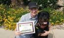 Danielle segura certificados de seu cão Foto: Arquivo Pessoal