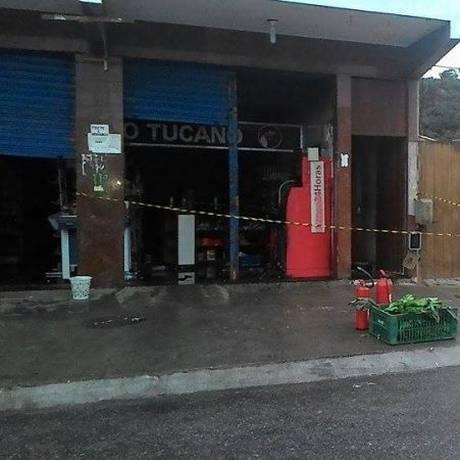 Os bandidos fizeram um buraco na parede do supermercado e depois exploriam o caixa eletrônico Foto: Agência O Globo / Renata Critiane (RC24h) - Divulgação