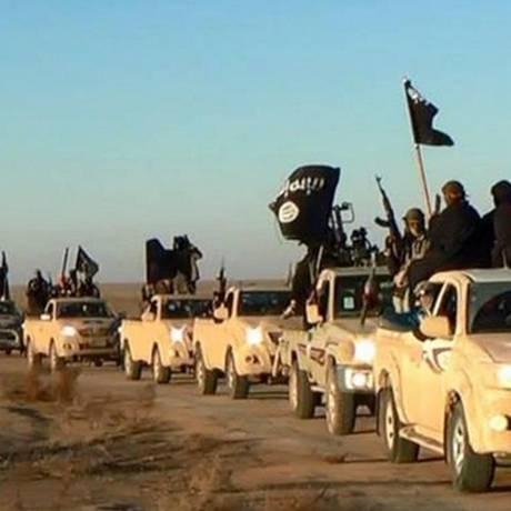 Terroristas do Estado Islâmico aproximam-se da cidade de Raqqa, na Síria. O país foi classificado como o menos pacífico no Índice Global da Paz 2015 Foto: AP