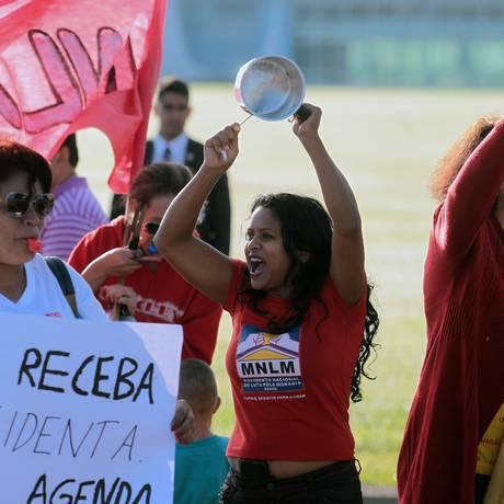 Integrantes de movimento por moradias populares fazem manifestação com panelaço e apitaço em frente ao Palácio Alvorada Foto: Jorge William / Agência O Globo