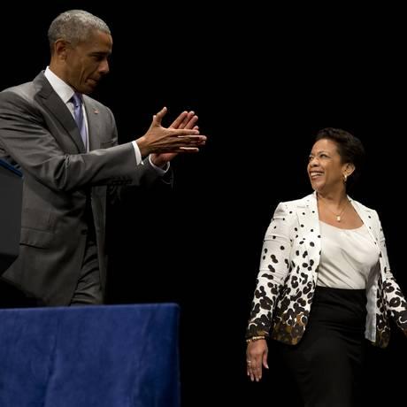 Barack Obama aplaude Loretta Lynch na cerimônia de posse em Washington Foto: Carolyn Kaster / AP
