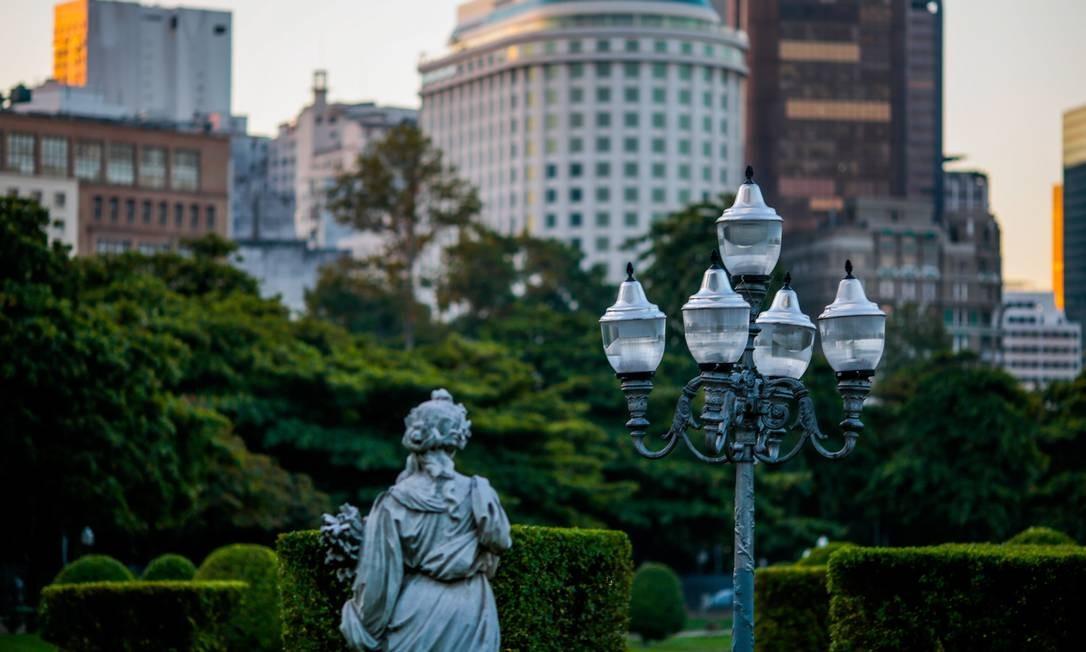 Construída em 1926 com projeto do urbanista francês Alfred Agache, a Praça Paris também tem suas luzes que chamam a atenção Foto: Pedro Kirilos / Agência O Globo