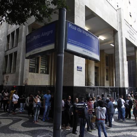 Fila para pedir seguro desemprego no Ministério do Trabalho Foto: O Globo