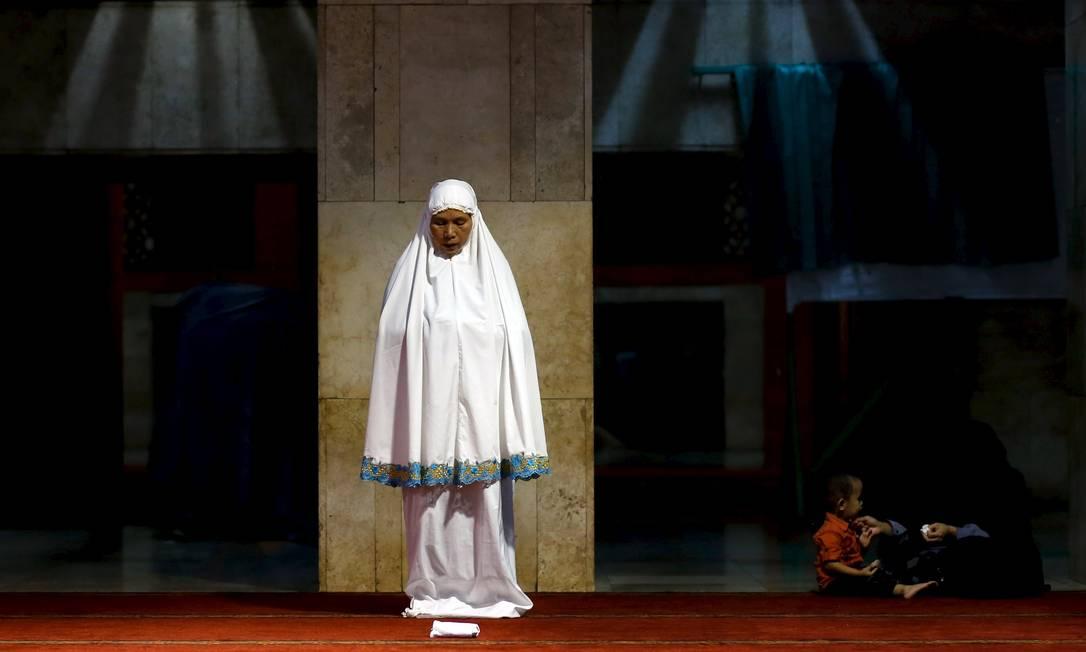 """Uma muçulmana espera a hora da oração """"tarawih"""" na mesquita Istiqlal, em Jacarta, na Indonésia NYIMAS LAULA / REUTERS"""