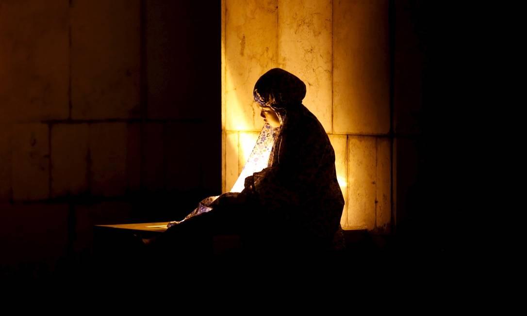 Na mesquita Istiglal, de Jacarta, uma mulher faz orações NYIMAS LAULA / REUTERS