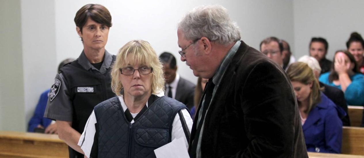 Com olhar incrédulo de público em audiência, Joyce Mitchell e seu advogado se defendem na corte de Plattsburgh Foto: G.N. Miller / AP