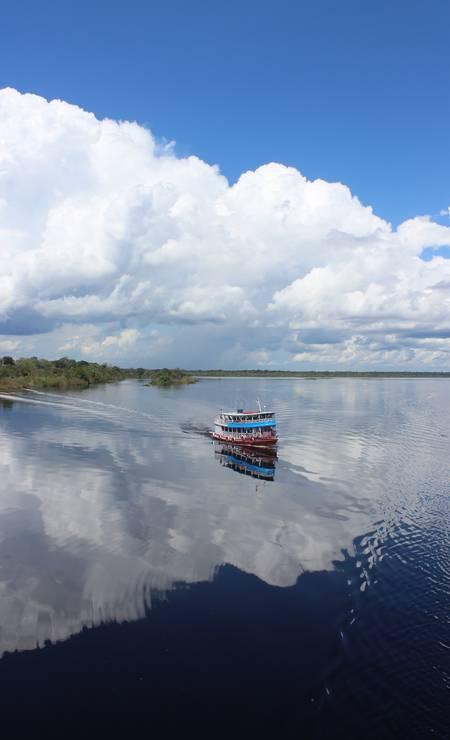 Espelho d'água: céu e água refletidos no leito do rio é cena comum no Negro Foto: Léa Cristina / Agência O Globo