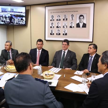 Ministro da Fazenda Joaquim Levy com líderes de partidos na Câmara Foto: Ailton de Freitas / Agência O Globo
