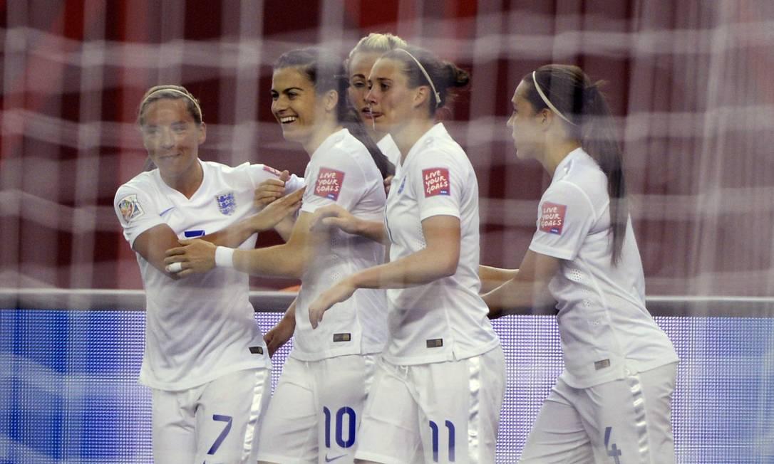 As inglesas Jordan Nobbs, Karen Carney, Jade Moore e Fara Williams comemoram o primeiro gol contra a Colômbia Paul Chiasson / AP