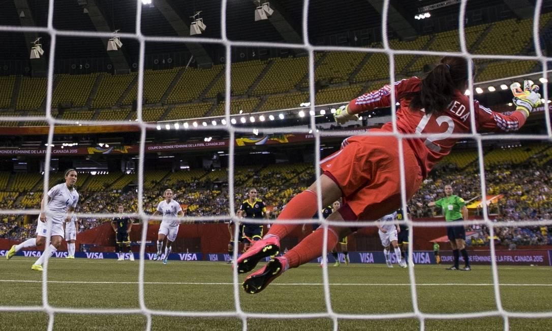 De pênalti, Fara Williams, à esquerda, fez o segundo gol da Inglaterra sobre a Colômbia, na Copa do Mundo do Canadá Paul Chiasson / AP