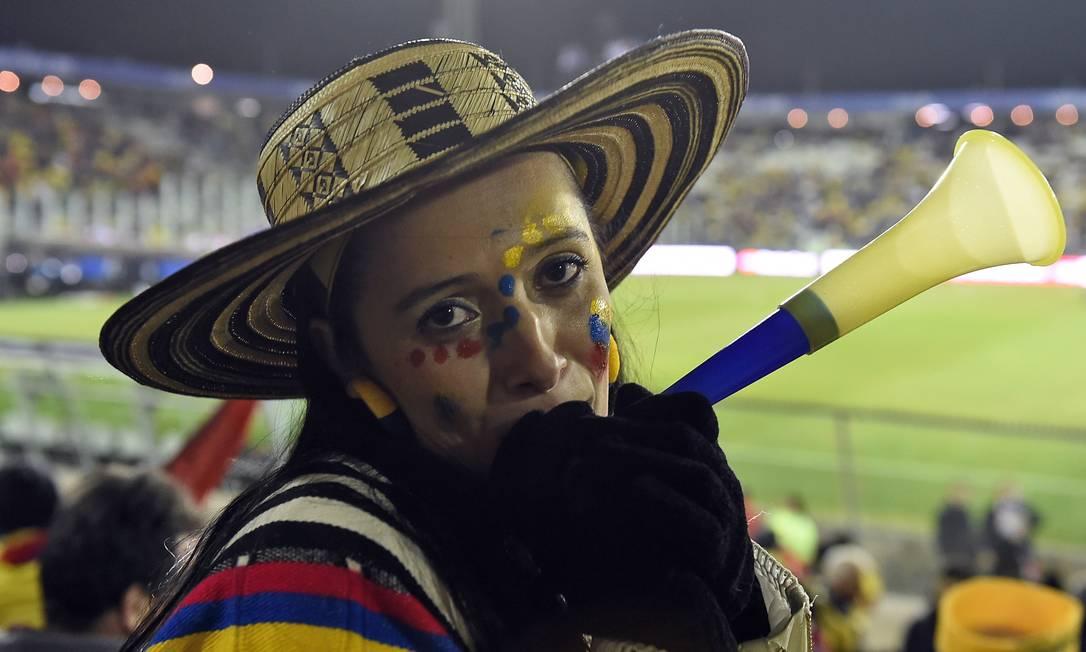 Torcedora colombiana foi a caráter ao estádio em Santiago LUIS ACOSTA / AFP