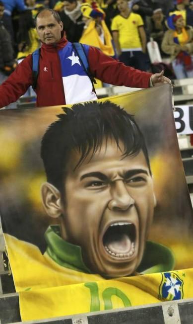 Chileno exibe um desenho em homenagem a Neymar, o camisa 10 da seleção brasileira CARLOS GARCIA RAWLINS / REUTERS