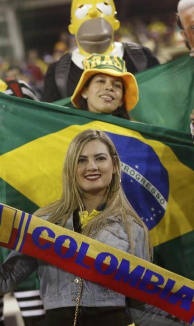 Torcedoras de Brasil e Colômbia no Estádio Monumental David Arellano em Santiago CARLOS GARCIA RAWLINS / REUTERS