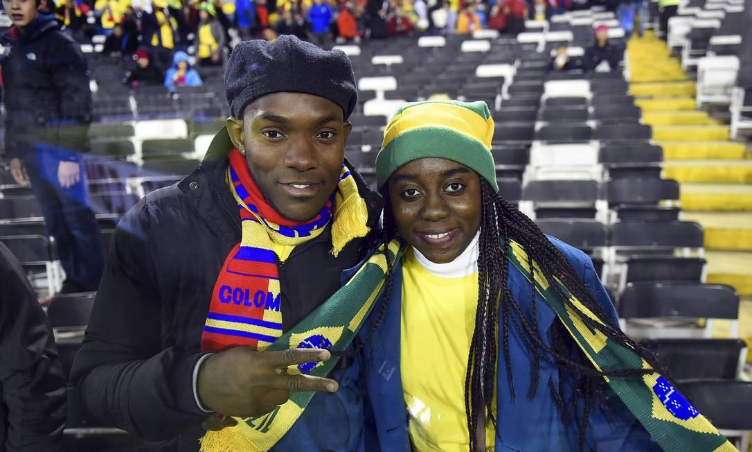 Colombiano e brasileira animados antes do jogo no Chile LUIS ACOSTA / AFP