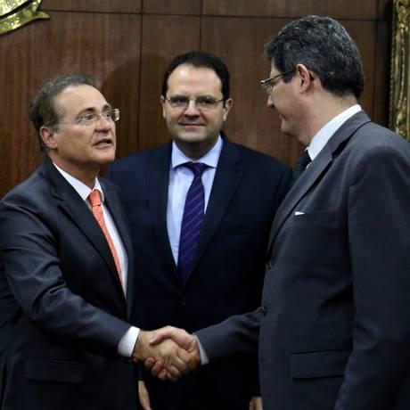 O presidente do Senado, Renan Calheiros (PMDB-AL), cumprimenta o ministro da Fazenda, Joaquim Levy em encontro para discutir a fórmula 85/95 Foto: Ailton de Freitas