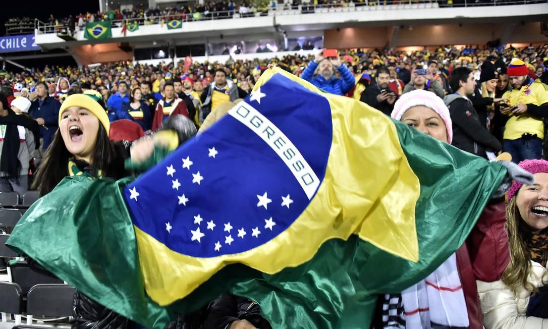Torcedoras do Brasil exibem a bandeira nacional antes do jogo em Santiago NELSON ALMEIDA / AFP