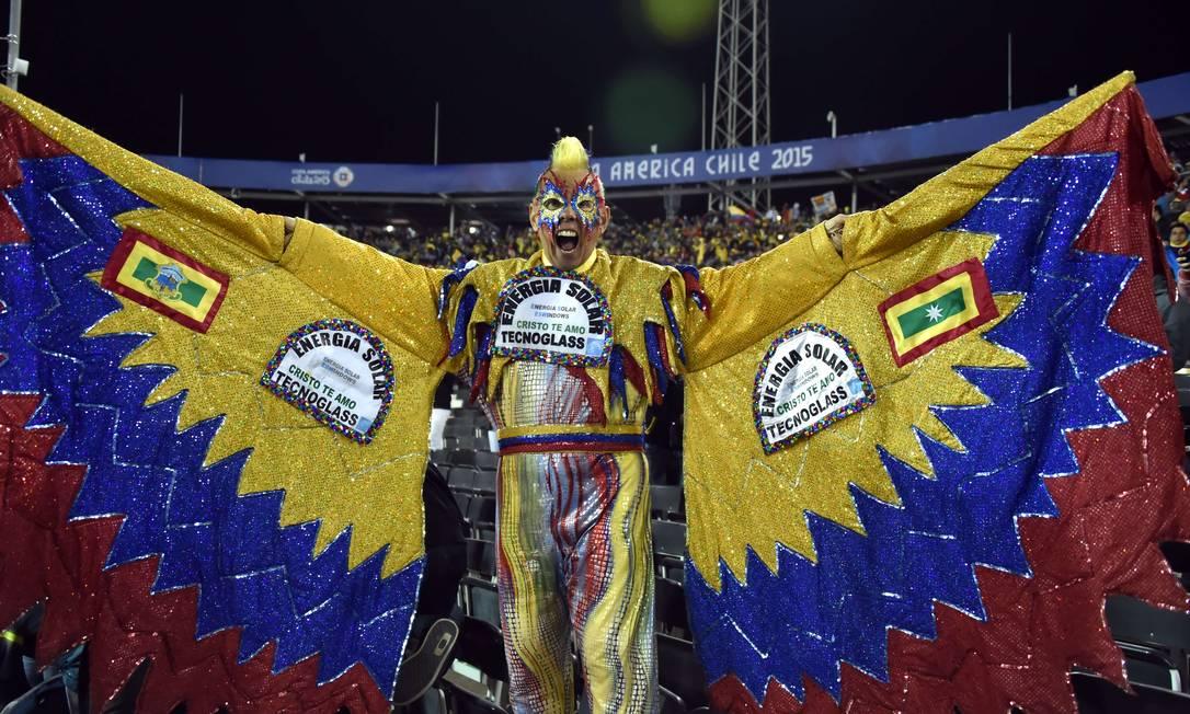 É um pássaro, ou um avião? Não, é um torcedor colombiano empolgado antes da partida pela Copa América NELSON ALMEIDA / AFP