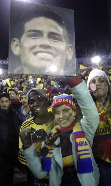 Torcedores colombianos exibem foto do craque James Rodríguez Jorge Saenz / AP