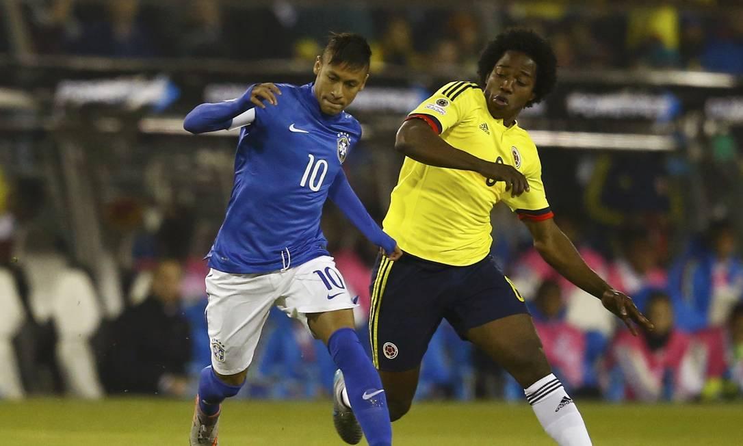 Neymar disputa a bola com o colombiano Carlos Sanchez na partida pela Copa América, em Santiago RICARDO MORAES / REUTERS