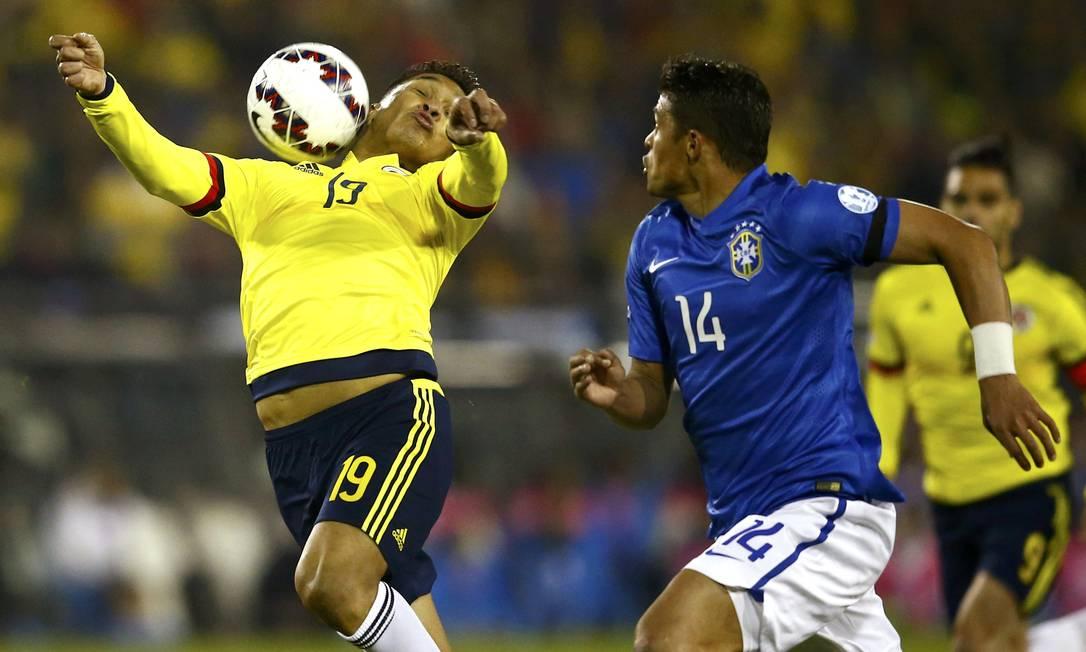 Marcado por Thiago Silva, colombiano Teo Gutierrez domina a bola no peito RICARDO MORAES / REUTERS