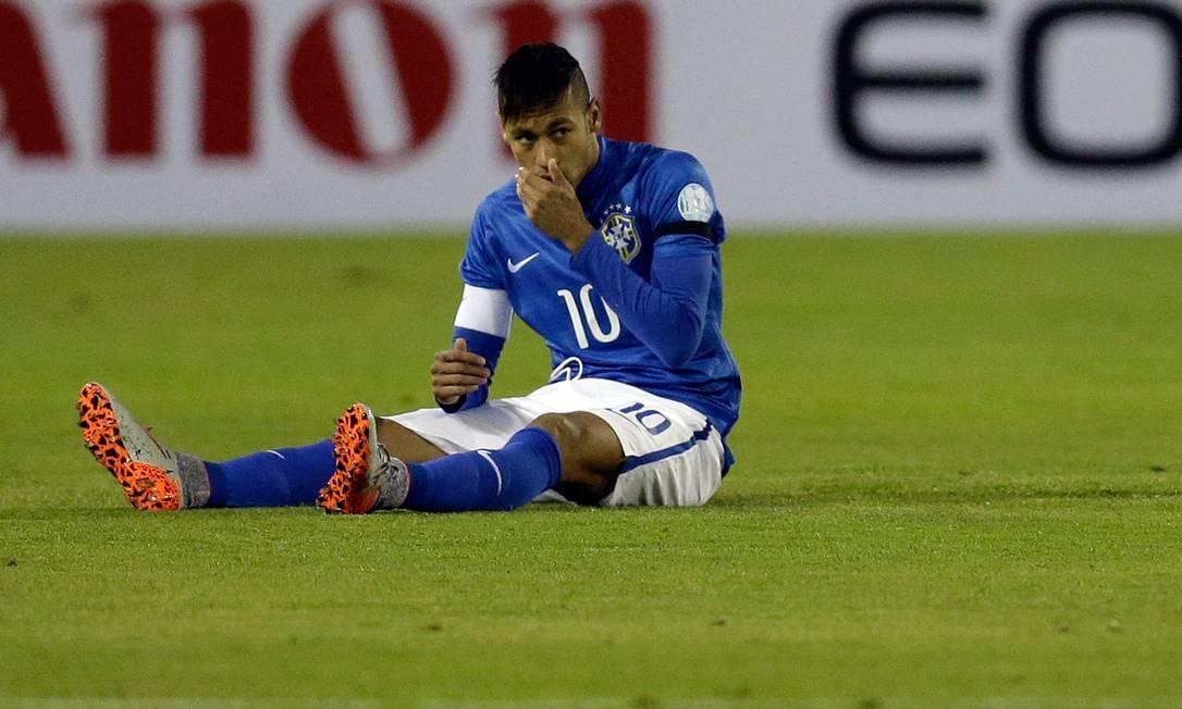 Neymar senta no gramado no Chile Natacha Pisarenko / AP