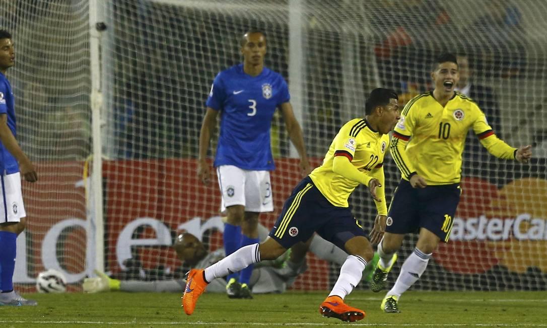 A alegria de James Rodríguez, número 10, e Murillo após o primeiro gol do jogo IVAN ALVARADO / REUTERS