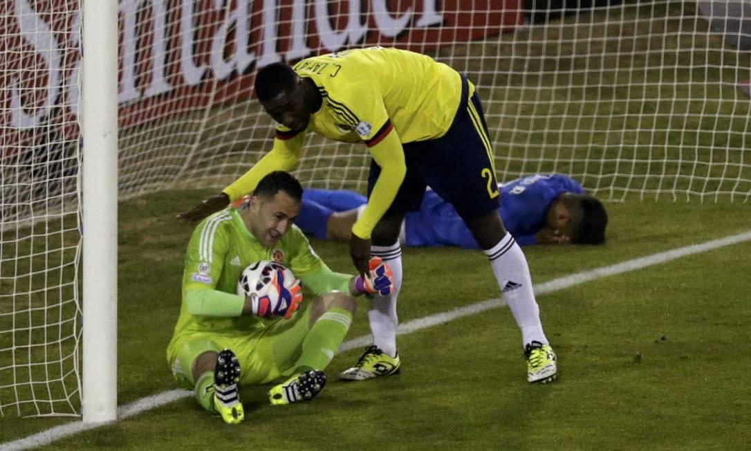 Ospina é cumprimentado por Zapata após a ótima defesa, enquanto Neymar fica caído dentro do gol UESLEI MARCELINO / REUTERS