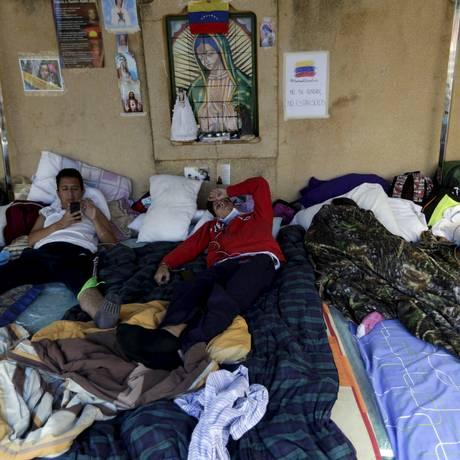 Famintos e convictos. Estudantes que se opõem ao chavismo em greve de fome acampam do lado de fora da Igreja de Guadalupe, em Caracas Foto: JORGE DAN LOPEZ/REUTERS