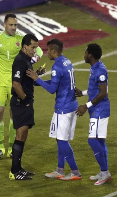 Por ter tocado, ainda que involuntariamente, a mão na bola na única jogada de perigo do Brasil no primeiro tempo, Neymar leva o cartão amarelo do árbitro Enrique Osses UESLEI MARCELINO / REUTERS