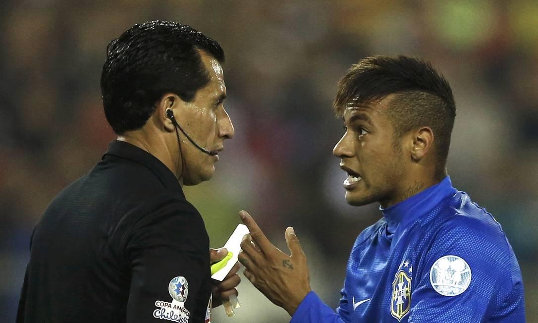De nada adiantou Neymar argumentar com o árbitro após levar o cartão IVAN ALVARADO / REUTERS