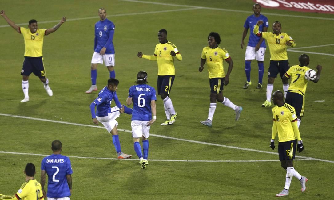 Ao fim do jogo, Neymar chutou a bola em Armero, iniciando uma confusão que culminou com sua expulsão UESLEI MARCELINO / REUTERS