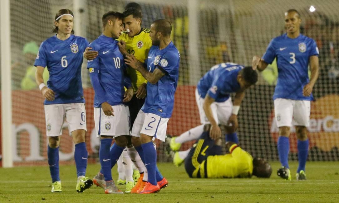 Com Armero caído, Neymar tenta agredir Murillo com uma cabeçada... Ricardo Mazalan / AP