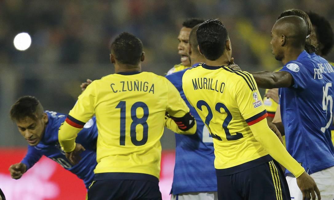 O tempo fechou com as duas agressões seguidas, e Fernandinho teve que segurar Murillo HENRY ROMERO / REUTERS