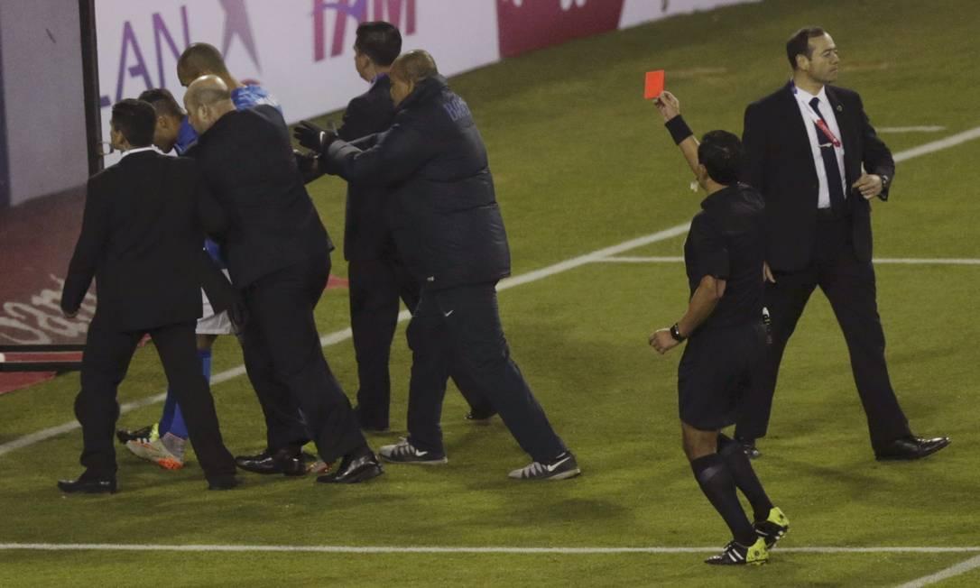 Neymar já deixava o campo escoltado quando recebeu o cartão vermelho do árbitro Enrique Osses UESLEI MARCELINO / REUTERS