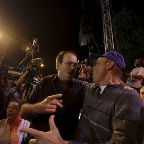 Alejandro Castro Espín (de bigode), filho do presidente Raúl Castro, conversa com Antonio Guerrero, um dos Cinco Cubanos, acusados de espionagem e libertados pelos EUA ano passado Foto: ENRIQUE DE LA OSA / REUTERS/20-12-2014
