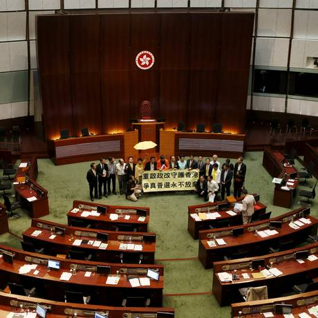 Parlamentares pró-democracia comemoram o veto na Câmara Legislativa em Hong Kong Foto: BOBBY YIP / REUTERS