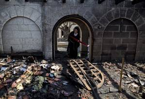 Freia observa os danos ao santuário de Tabgha após incêndio no local Foto: Ariel Schalit / AP