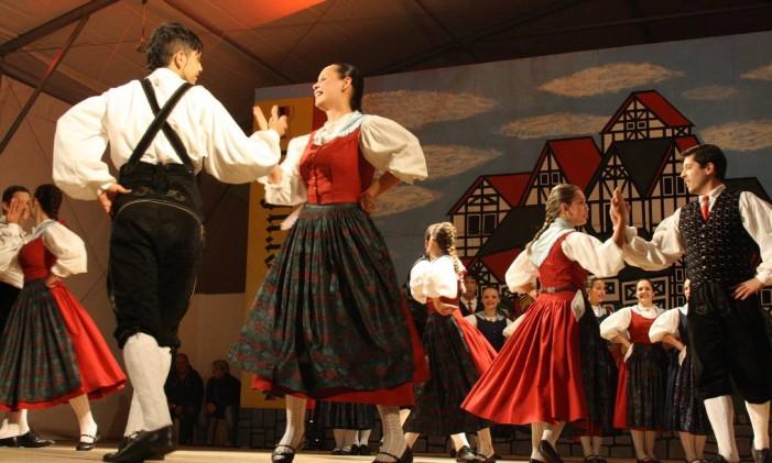 Danças típicas fazem parte da programação da festa alemã Foto: Divulgação