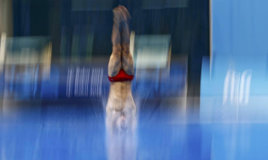 Ian-Soren Cabioch, de Mônaco, durante as preliminares de mergulho masculino no trampolim de 1m KAI PFAFFENBACH / REUTERS