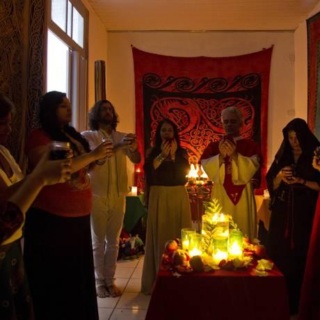Bruxos praticantes da religião wicca se reunem na Tijuca há 14 anos para estudar e fazer rituais Foto: Guilherme Leporace / Agência O Globo