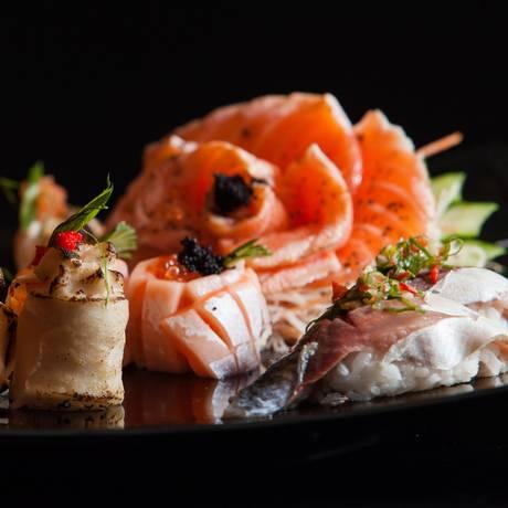 No combinado do chef, opções que vão desde sushi de cavalinha a peixa branco com camarão Foto: Bárbara Lopes / Agência O Globo