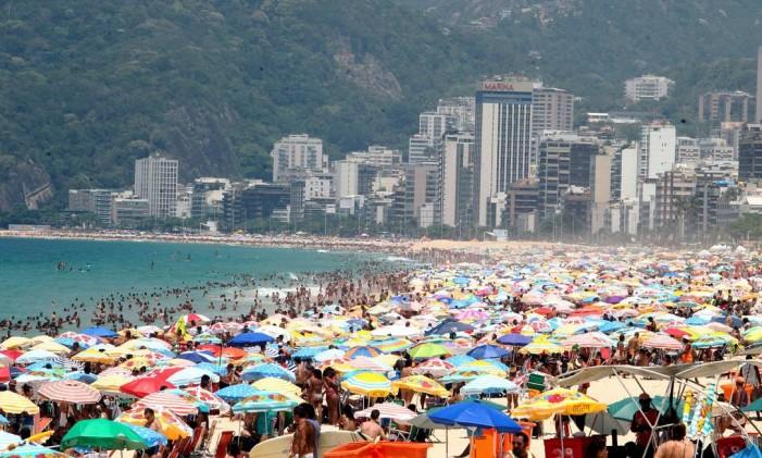 Areia do Arpoador lotada de banhistas durante o verão Foto: Thiago Freitas / Agência O Globo