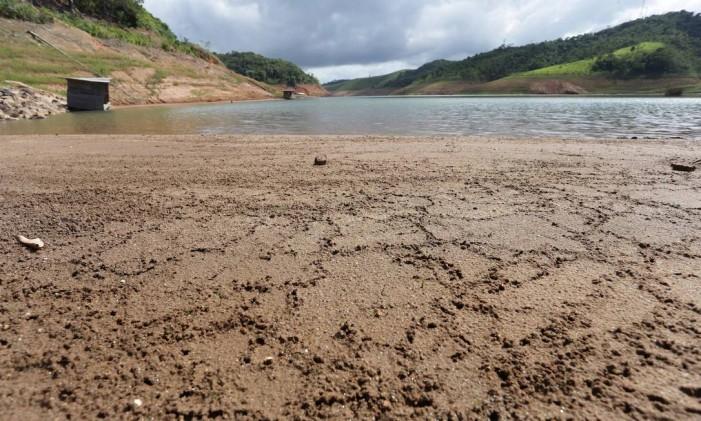 Seca na represa de Paraibuna Foto: Márcio Alves / Agência O Globo