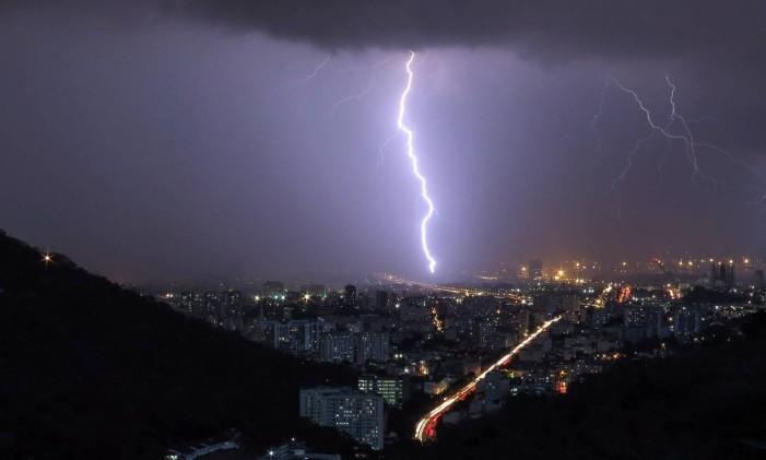 Chuvas com raio na Zona Norte Foto: Marcos Tristão / Agência O Globo