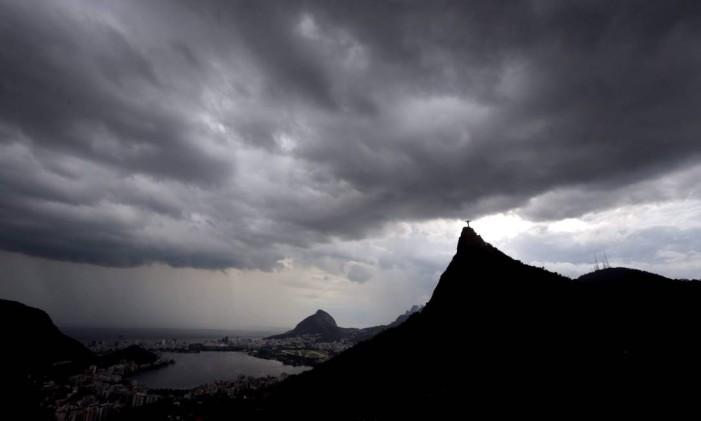 Nuvens pesadas do céu do Rio Foto: Marcelo Theobald / Agência O Globo