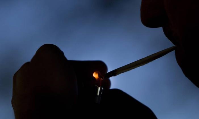 Quem fuma maconha costuma usar o cigarro para disfarçar o cheiro da maconha. Foto: Guilherme Leporace / Agência O Globo